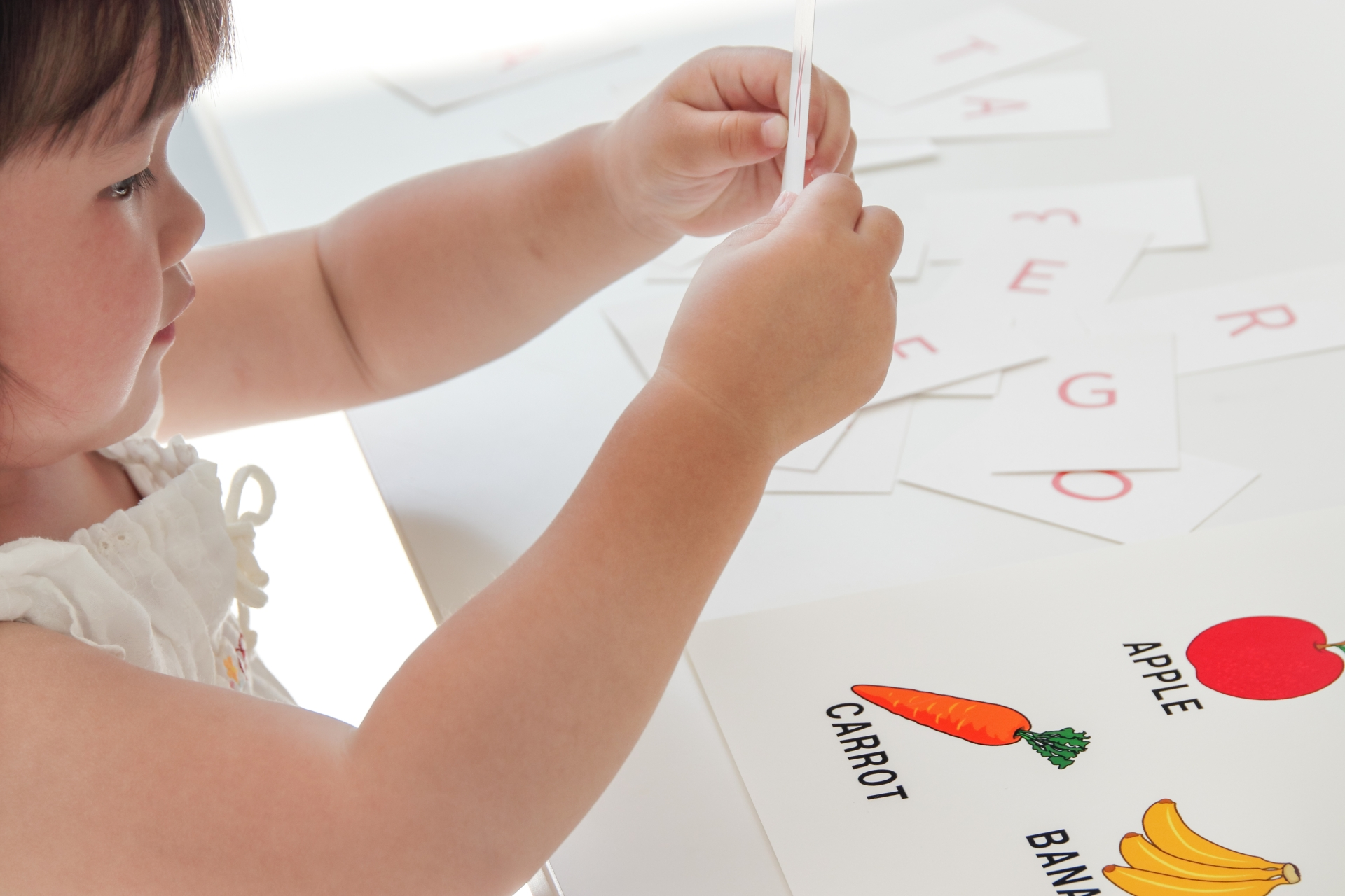 果物を学習する子供