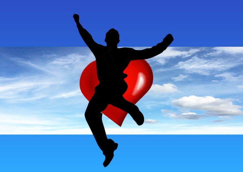 ジャンプして喜ぶ男性